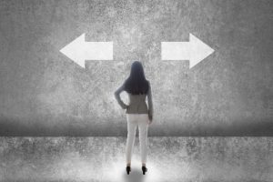 左右を選択するべく立っている女性の後ろ姿の画像